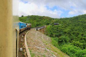 """Auf der 3-stündigen Zugfahrt in gemütlichen Polstersesseln von Kalaw nach Shwenyaung durch die """"Birmanische Schweiz"""""""