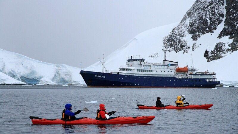 Im Kajak kann man fast lautlos zwischen den Eisbergen gleiten © Diamir