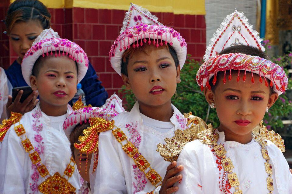 Novizenweihe an der heiligste Pagode Myanmars - Mahamuni-Pagode in Mandalay