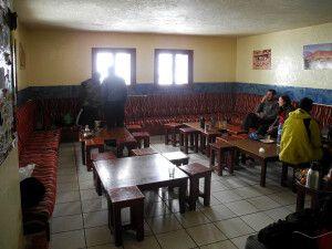 Gemütlicher Aufenthaltsraum im Refuge Toubkal.