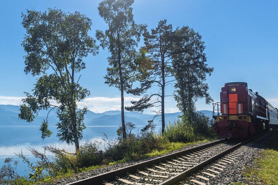 Touristenzug der Baikal-Bahn
