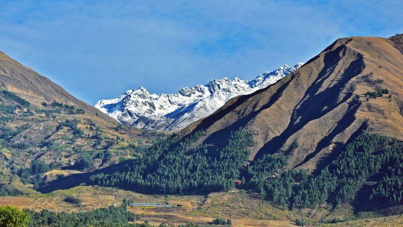 Landschaft in Cochabamba mit Blick auf das Berghotel Carolina  © Diamir