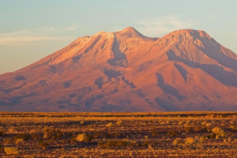 Majestätischer Vulkan Ollague an der chilenisch-bolivianischen Grenze