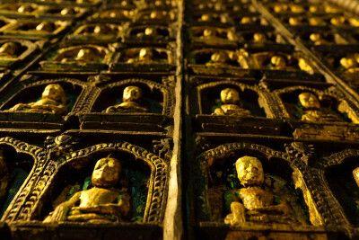 Wanddekoration in einem Tempel in Myanmar