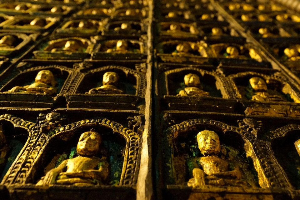 Wanddekoration in einem Tempel in Myanmar