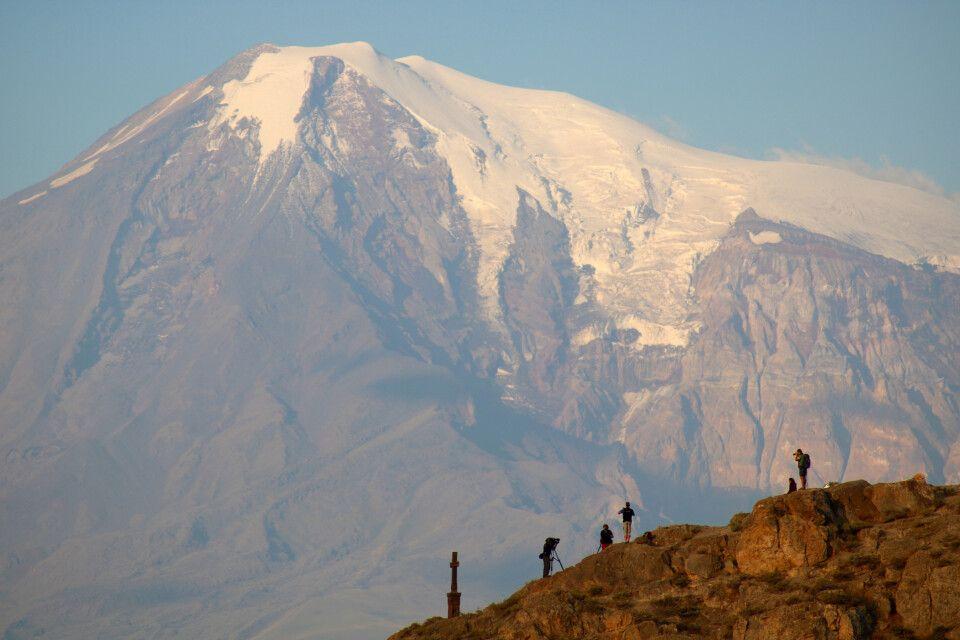 Filmcrew am Morgen vor dem Ararat