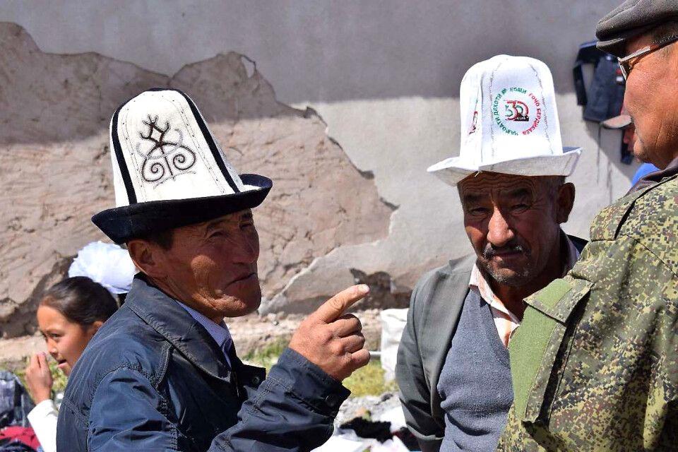 Kirgisen mit traditionellen Hüten