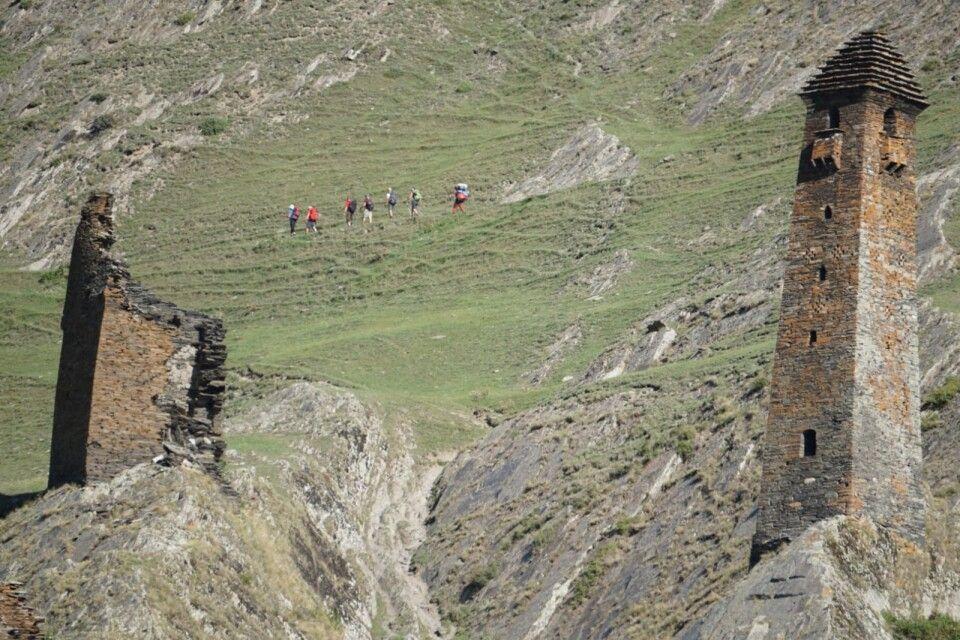 Wandergruppe und Wehrturmanlagen