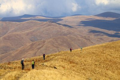 Wanderung am Kraterrand des Vayots Sar Vulkans