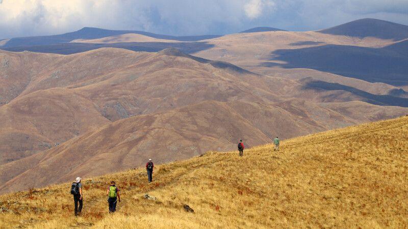 Wanderung am Kraterrand des Vayots Sar Vulkans © Diamir