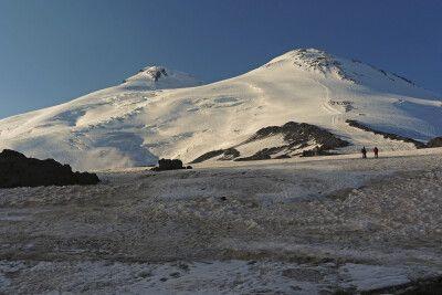 Doppelgipfel mit West- (5642 m) und Ostgipfel (5621 m)
