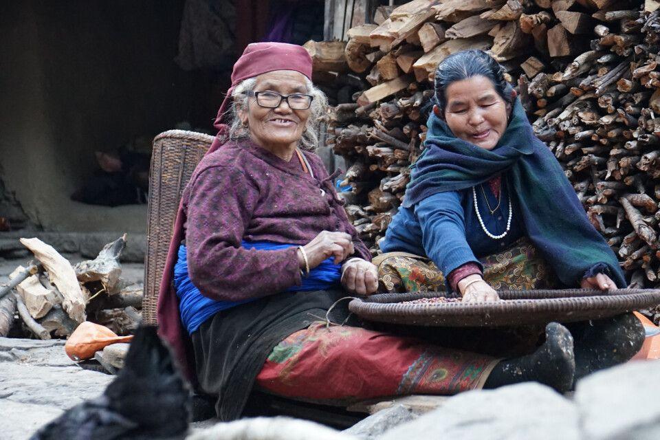Manaslu - 2 Frauen bei der Arbeit