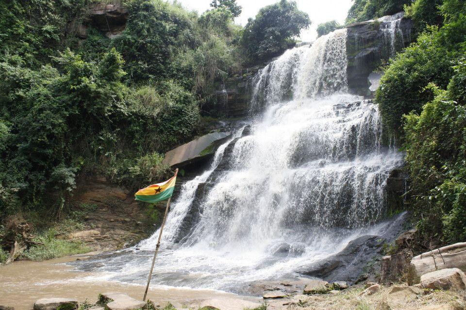 Kintampo Wasserfal in Ghana - hier fließt und stürzt der Pumpu in drei Stufen in Richtung Voltafluss.