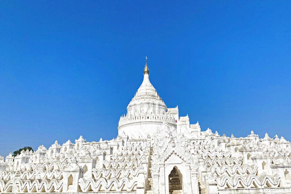 die strahlend weiße Hsinbyume-Pagode im Sonnenschein in Mingun