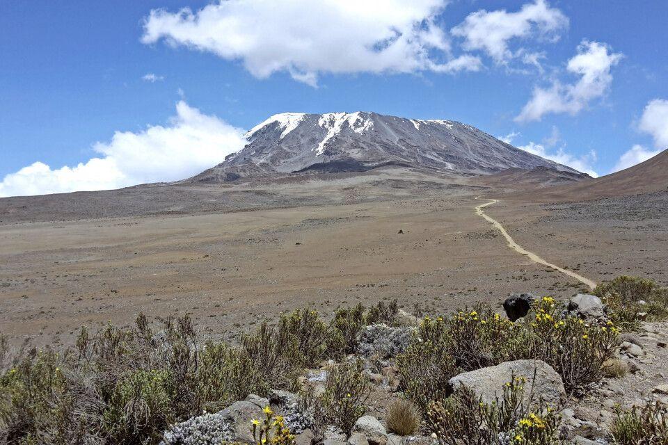 Der Weg zur Kibo Hut mit stetigem Blick auf Ihr nächstes Ziel, der Kibo