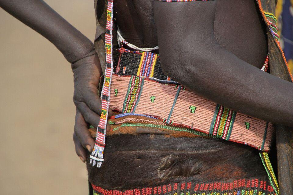 kunstvoll gefertigter Gürtel der Toposa