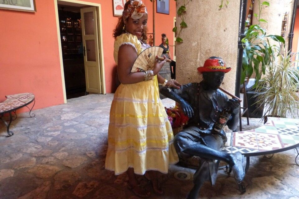 Kubanerin im Innenhof des Rum-Museums