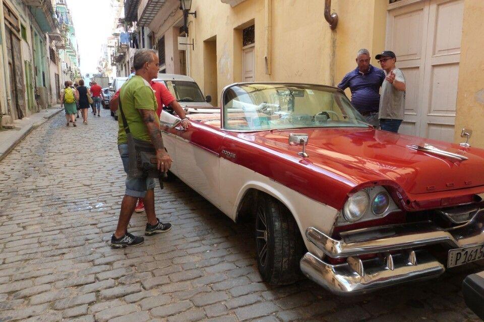 Wieder und Wieder trifft man auf Oldtimer in den Straßenzügen Havannas
