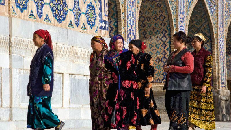 Frauen auf dem Weg zum Mittagsgebet am Registan © Diamir