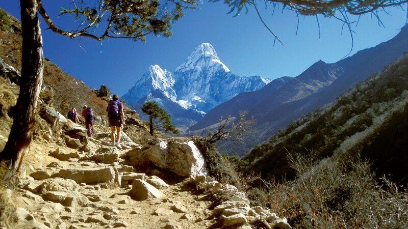 Everest-Trekking mit Ama Dablam im Hintergrund © Diamir