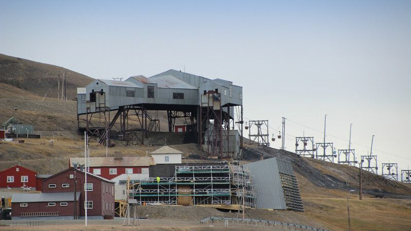 In Longyearbyen ist die Kohle-Vergangenheit noch allgegenwärtig © Diamir